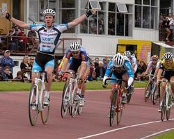 (Click for larger image) Matt Goss (TIS/Cyclingnews.com)  salutes the crowd and takes out the 2005 Latrobe Wheelrace.