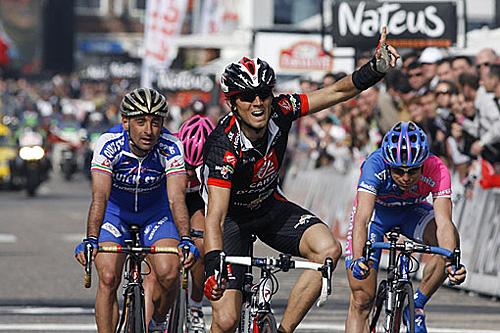 http://autobus.cyclingnews.com/photos/2006/apr06/lbl06/finish2.jpg