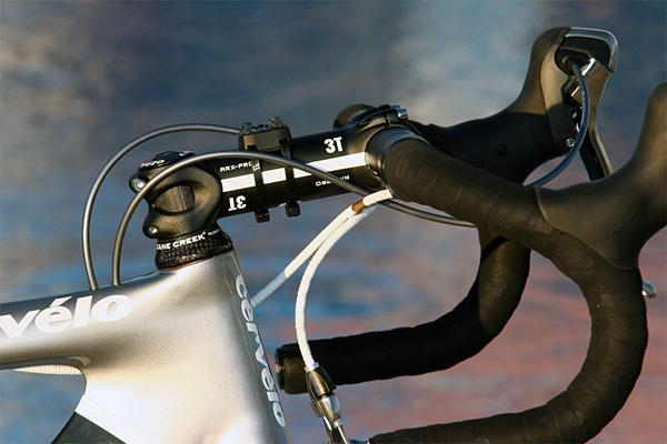 Sastre's traditional-bend 3T Rotundo Pro bars are held by a 3T ARX Pro stem.